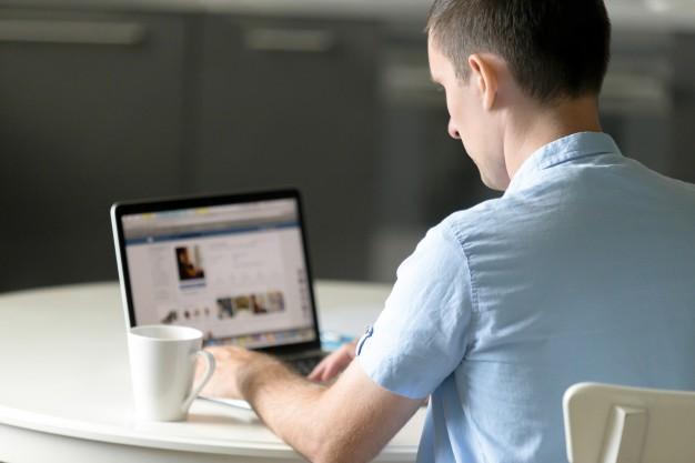 retrato-de-um-jovem-trabalhando-na-mesa-com-laptop_1163-2110