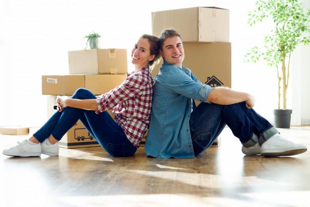 um-casal-muito-jovem-se-mudando-para-casa-nova_1301-7363